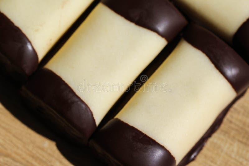 typisch Nederlands zoet geroepen koekje & x22; mergpijpje& x22; behandeld met witte marsepein, op een houten achtergrond stock afbeeldingen
