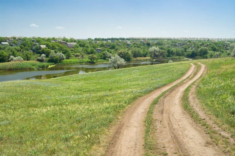 Typisch Oekraïens landelijk de pre-zomerlandschap. stock afbeeldingen