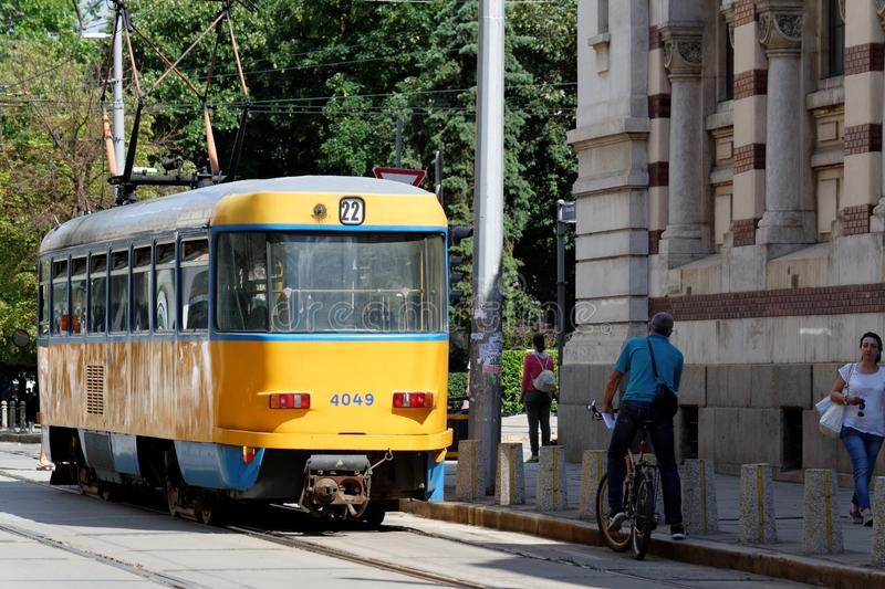 Typisch osteuropäische Straßenbahn in der Innenstadt von Sofia, Bulgarien lizenzfreie stockbilder