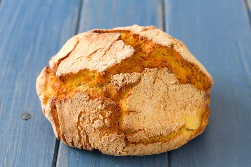 Typisch Portugees graanbrood op blauwe achtergrond stock afbeeldingen