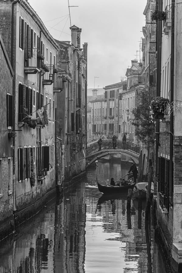 Typisch schilderachtig romantisch Venetiaans kanaal in zwart-wit - Venetië, Italië stock afbeelding