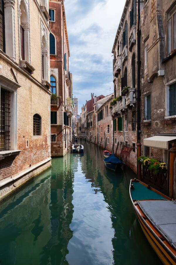 Typisch Venetië smal kanaal met boten Italië stock foto's