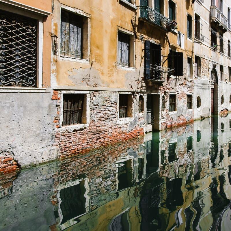 Typisch Venetië smal kanaal met boten Italië royalty-vrije stock afbeeldingen