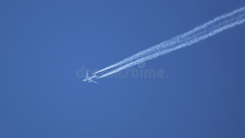 typisch vliegtuig in de blauwe hemel stock fotografie