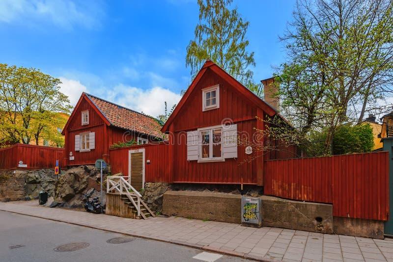 Typisch Zweeds houten woonhuis dat in traditioneel falunrood wordt geschilderd op de kapiteinssteeg Skeppargrand in historisch stock fotografie
