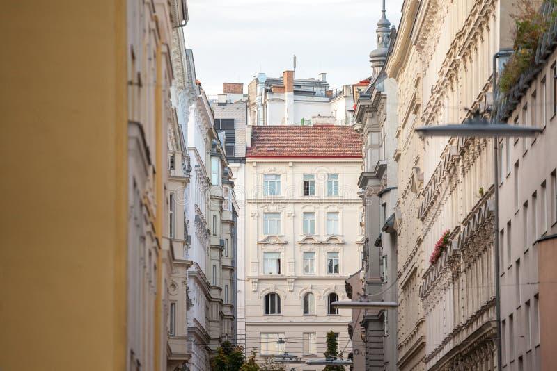 Typische österreichisch-ungarische Fassaden mit alten Fenstern in einer engen Gasse Innere Stadt, Innere Stadt Wien, Österreich stockbilder