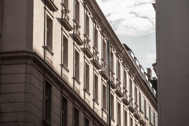 Typische österreichisch-ungarische Fassaden mit alten Fenstern in einer Straße von Innere Stadt, der Innenstadt von Wien, Österre stockfoto