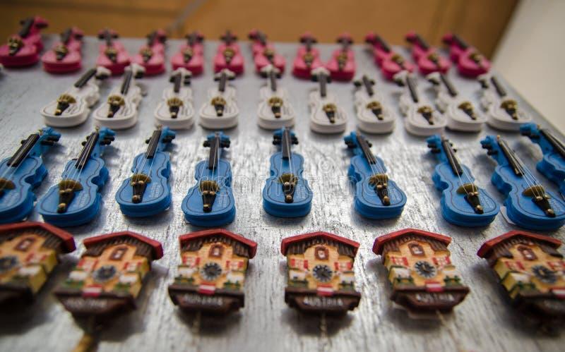 Typische österreichische Andenken - kleine Violinen und Uhr für Verkauf lizenzfreie stockbilder