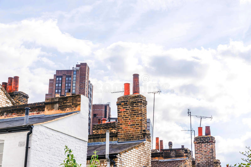 Typische alte englische Gebäude, niedrige Backsteinbauten über einer Erzählung lizenzfreies stockfoto