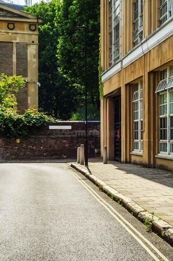 Typische alte englische Gebäude, niedrige Backsteinbauten über einer Erzählung stockbilder
