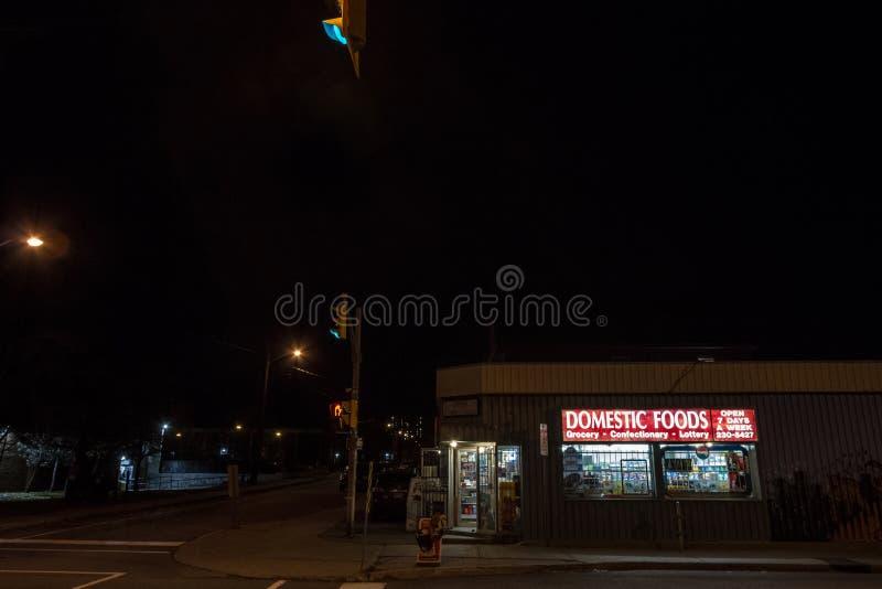 Typische Amerikaanse die Gemakopslag bij nacht in een woonstraat van Ottawa, Ontario, verkopende kruidenierswinkels, voedsel, en  royalty-vrije stock fotografie