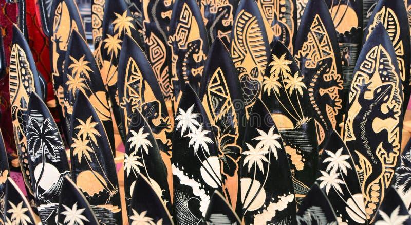 Typische Andenken und Handwerkkünste von Bali am berühmten Ubud-Markt lizenzfreie stockfotografie