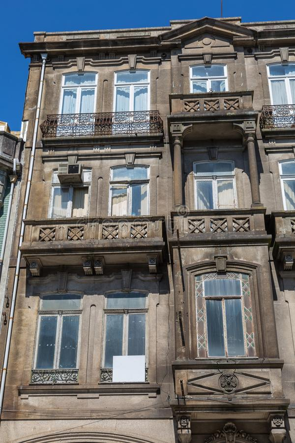 Typische Antieke Portugese Architectuur: Grey Facade met Oude Wi royalty-vrije stock foto