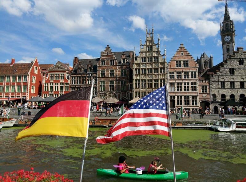 Typische belgische Häuser über dem Wasser in Gent lizenzfreie stockfotografie