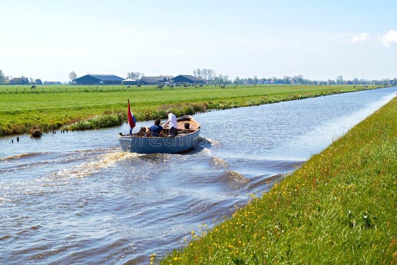 Typische blauwe motorboot in het Landelijke platteland Nederland stock foto's