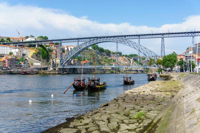 Typische Boote des Duero-Flusses in Oporto Panoramablicke des historischen Stadtzentrums von Porto in Portugal lizenzfreies stockfoto