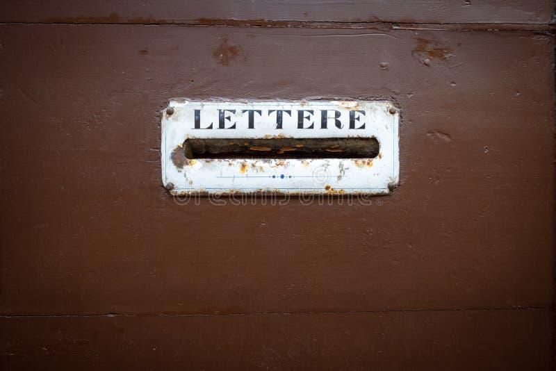 typische brievenbus in een houten deur in Itali? stock foto