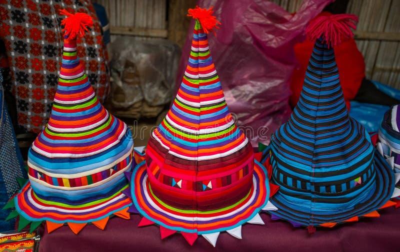 Typische bunte thailändische Hüte im Verkauf am Markt lizenzfreie stockbilder