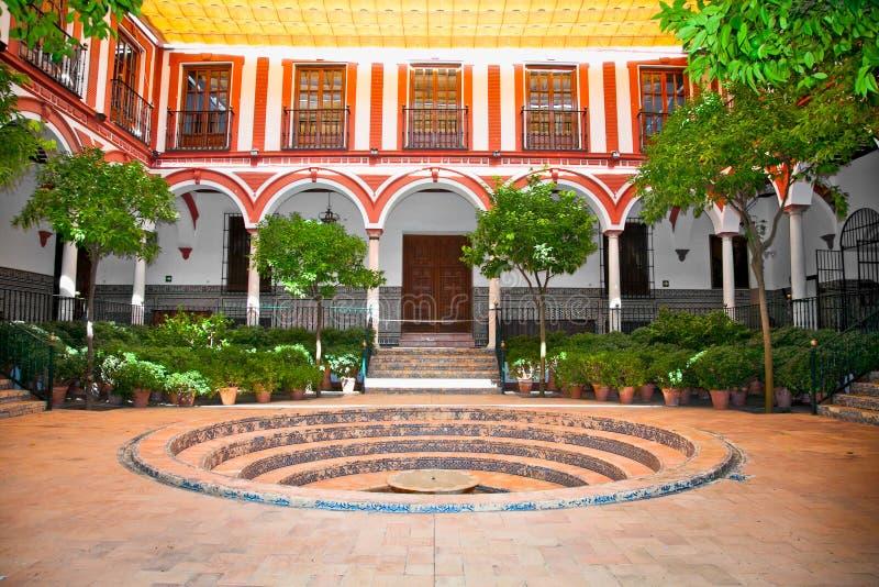 Typische $ce-andalusisch binnenplaats met fontein, Sevilla, Spanje. royalty-vrije stock foto