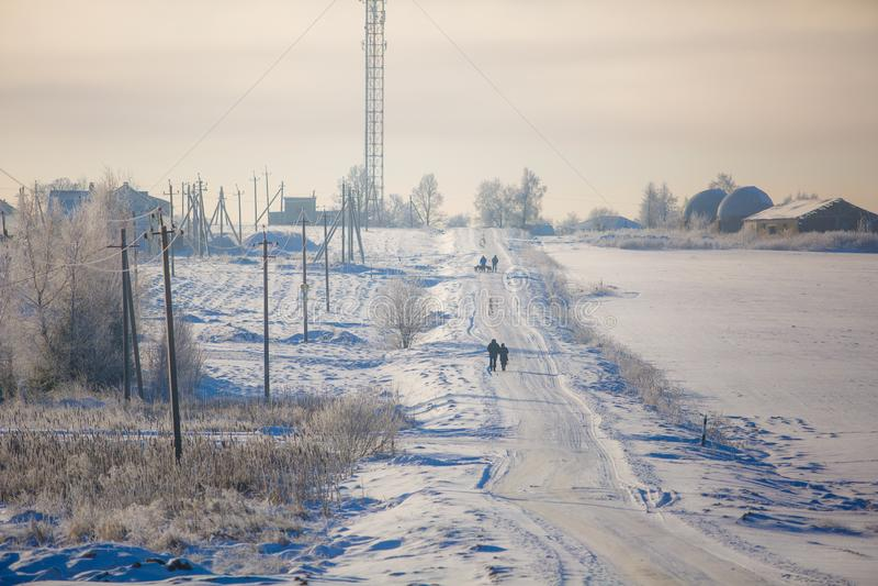Typische de winterdag, mensen die langs sneeuwwegen gaan royalty-vrije stock foto