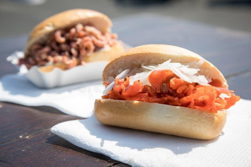Typische deutsche Friesland-Fischbrötchen mit Nordseekrabben und auf Holztisch während des Fischmarktes als schneller regionaler  lizenzfreie stockfotos