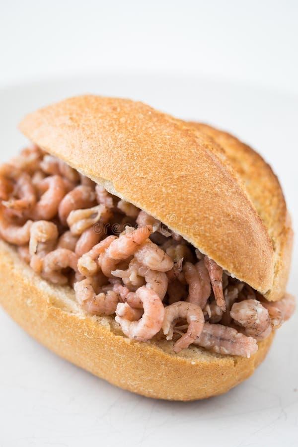 Typische deutsche Friesland-Küche ist Nordseebraungarnelenbrötchen als schneller regionaler Imbiss lizenzfreies stockbild
