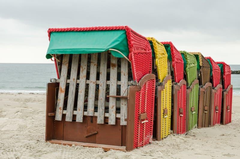 Typische deutsche Strand-Stühle stockfotos