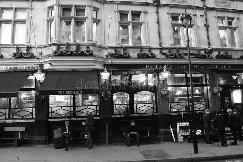 Typische Engelse bar dichtbij Big Ben stock foto's