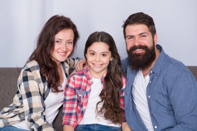 Typische familie met enig kind De familie brengt samen weekend door De vriendschappelijke familie zit laag het stellen voor het a royalty-vrije stock afbeelding