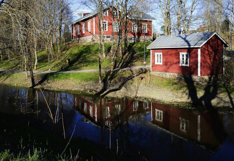 Typische finnische Holzhäuser auf der Flussbank lizenzfreie stockfotografie