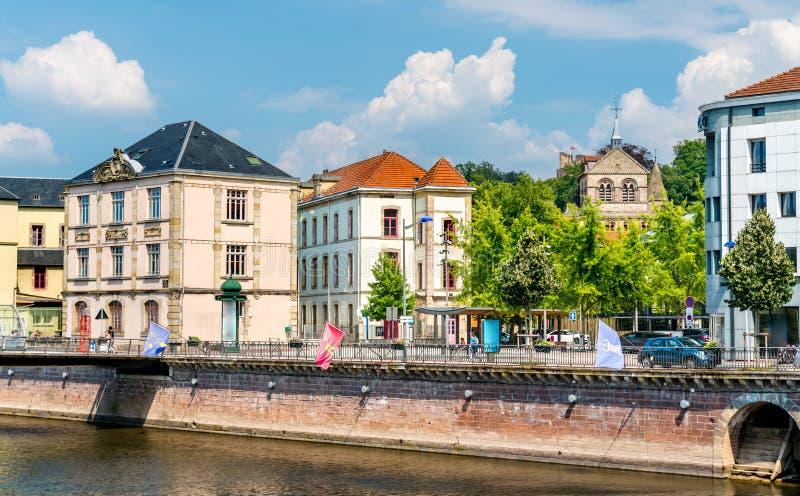 Typische Franse gebouwen in Epinal, Frankrijk stock fotografie