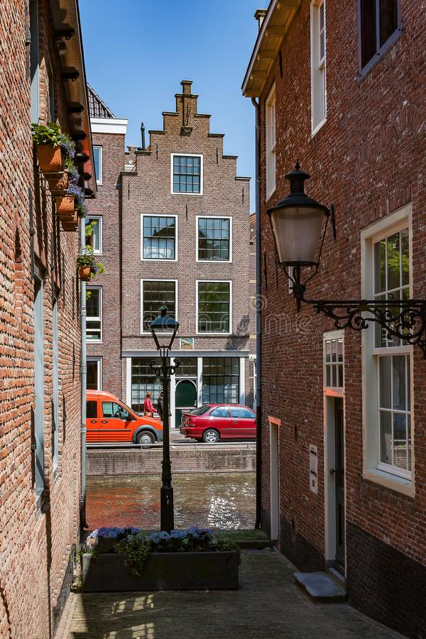 Typische Gasse in Alkmaar die Niederlande mit Ansicht am Kanal und am Kanal-Haus lizenzfreie stockbilder