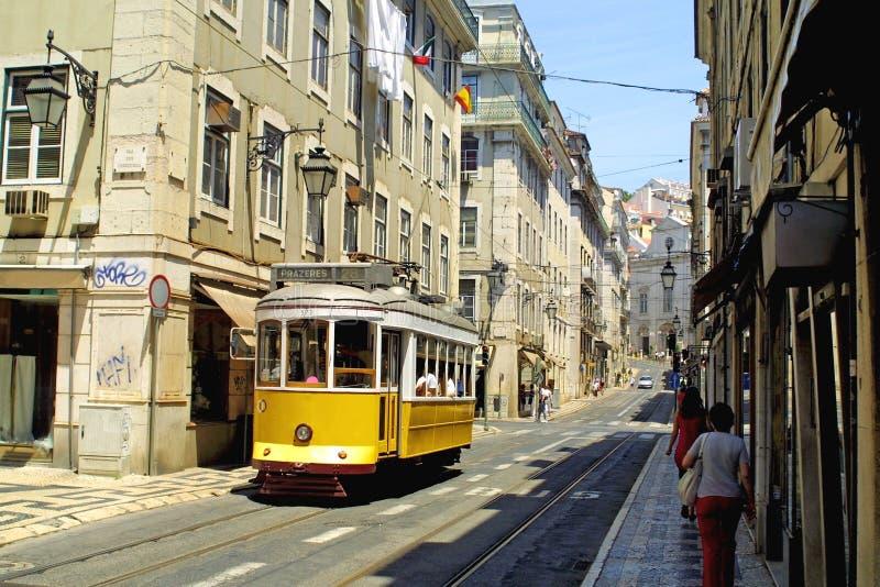 Typische gele tram in Lissabon royalty-vrije stock fotografie