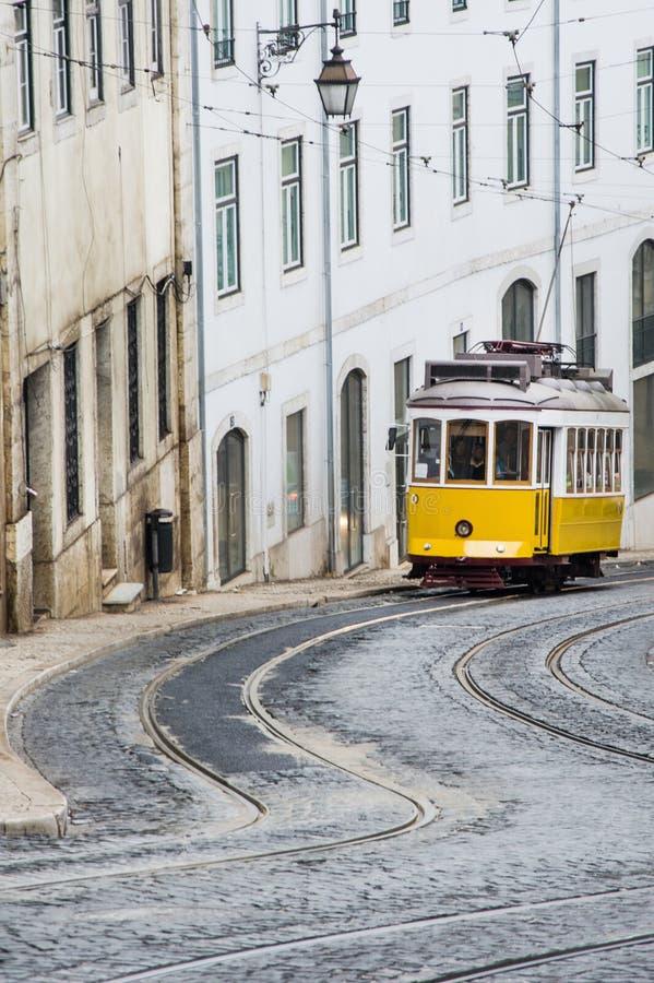 Typische gele tram op de straat van Lissabon stock afbeeldingen