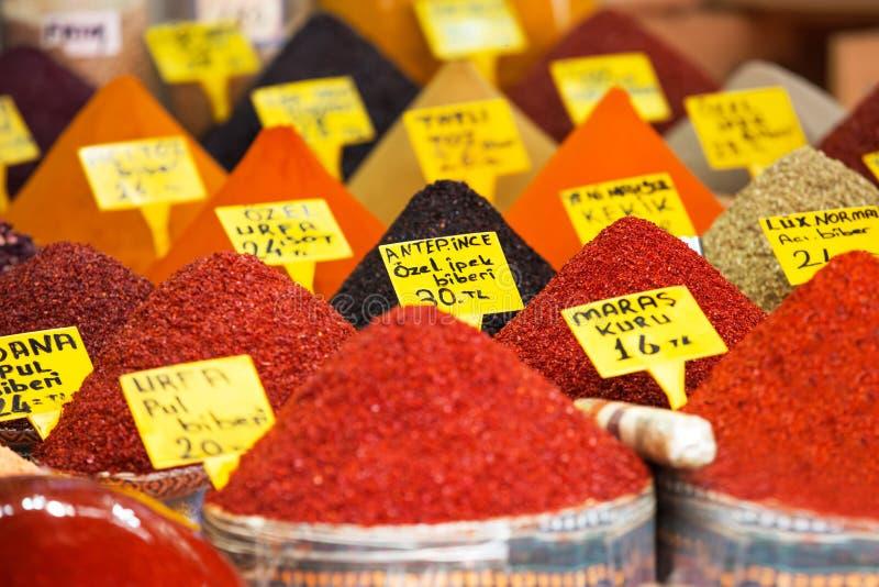 Typische Gewürze im Verkauf in den türkischen Märkten in Istanbul stockfotos