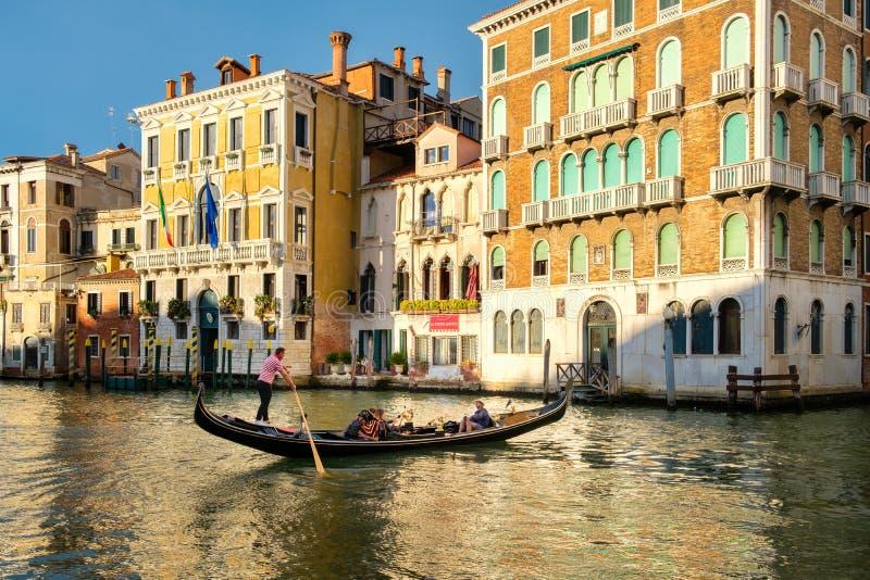 Typische Gondel auf Grand Canal in Venedig bei Sonnenuntergang stockfotografie