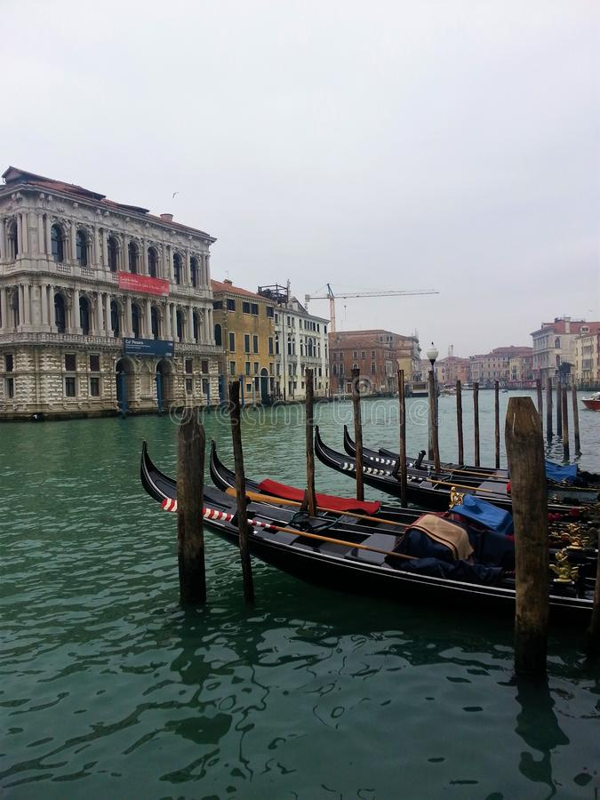 Typische Gondelboten bij de pijler in Venetië stock foto
