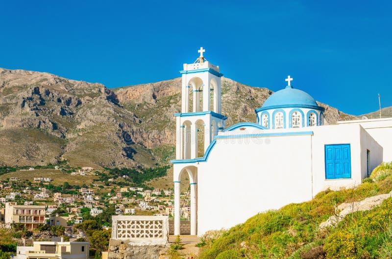 Typische Griekse kerk met iconische blauwe koepel, Griekenland stock foto's