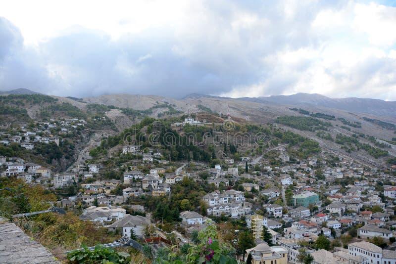 Typische grijze betegelde huizen en gebouwen van Gjirokastra royalty-vrije stock afbeeldingen