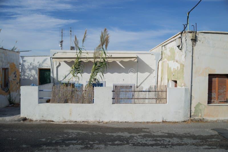Typische Häuser weg von der touristischen Spur, Santorini, die Kykladen, Griechenland lizenzfreies stockbild