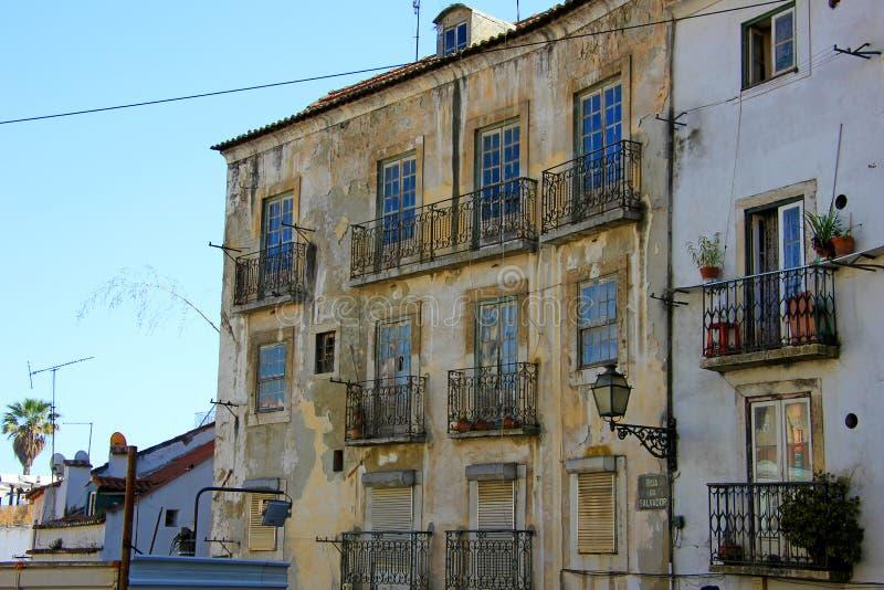 Typische historische huizen in de straten van Lissabon, Portugal stock foto's