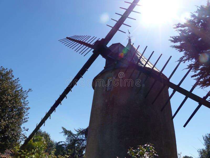 Typische Holland-Mühle in Frankreich lizenzfreie stockfotografie
