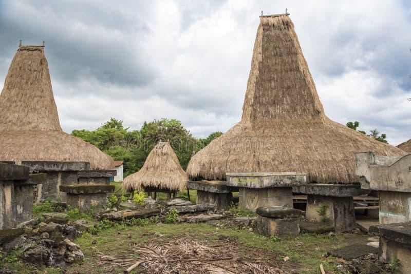 Typische huizen met lange daken, Kodi, Sumba-Eiland, Nusa Tenggara stock afbeeldingen