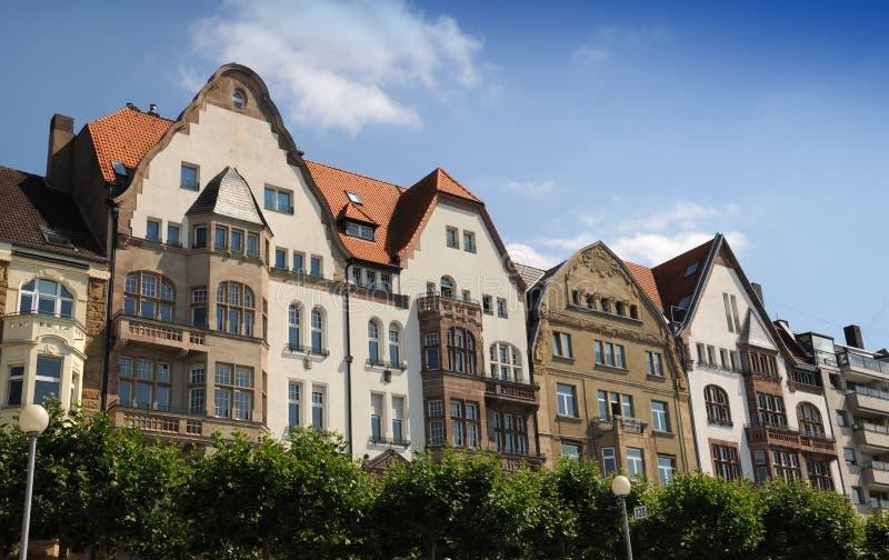Typische huizen op de waterkant - DÃ ¼ sseldorf stock afbeeldingen