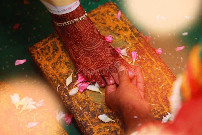 Typische indische hindische Hochzeitssüdtradition in Indien Indische Hochzeitssüdrituale, stockbild