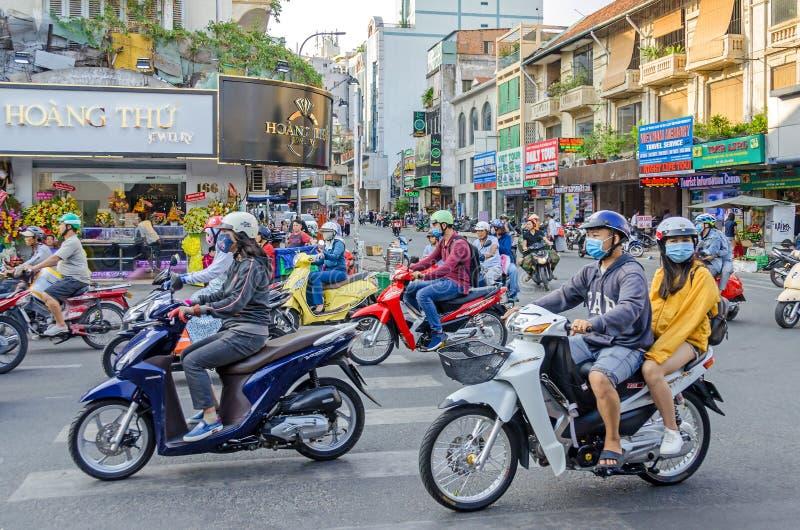 Typische kruising van Vietnamese straten met heel wat bromfietsen stock foto's