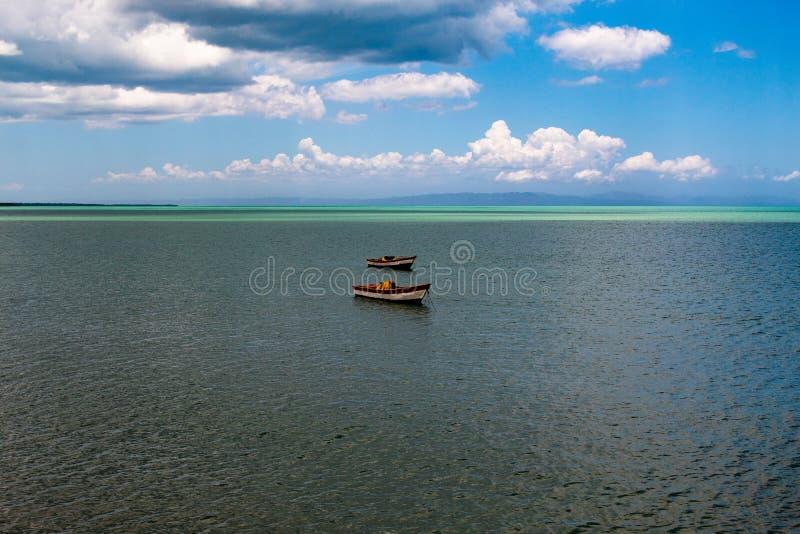 Typische Landschaft des tropischen Paradieses: farbige h?lzerne Boote angekoppelt im Meer Miches-Bucht oder Sabana De-La-Mrz-Lagu stockbild