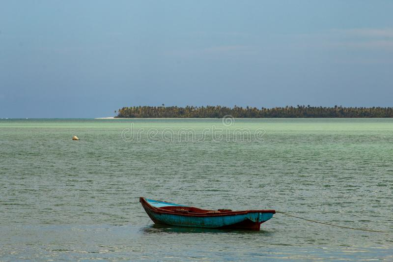 Typische Landschaft des tropischen Paradieses: farbige h?lzerne Boote angekoppelt im Meer Miches-Bucht oder Sabana De-La-Mrz-Lagu lizenzfreies stockbild