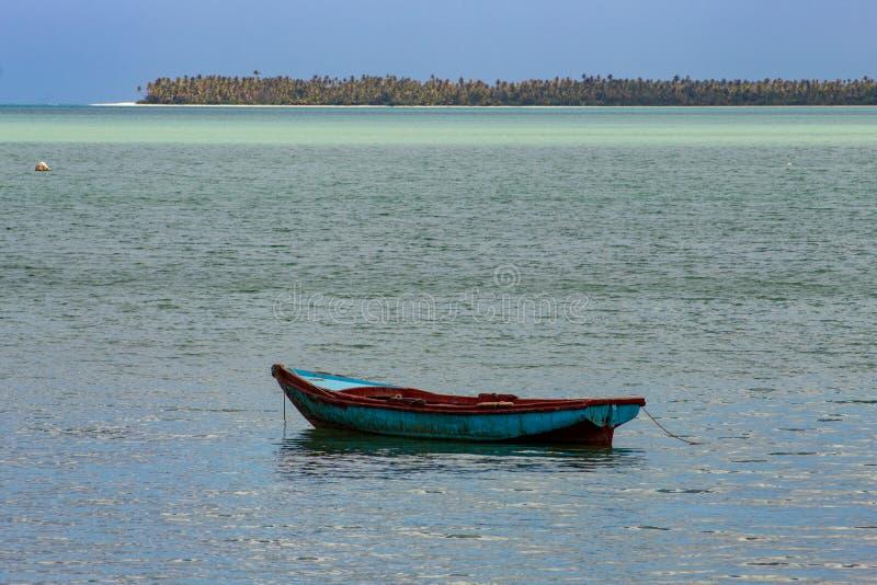 Typische Landschaft des tropischen Paradieses: farbige h?lzerne Boote angekoppelt im Meer Miches-Bucht oder Sabana De-La-Mrz-Lagu lizenzfreie stockfotografie