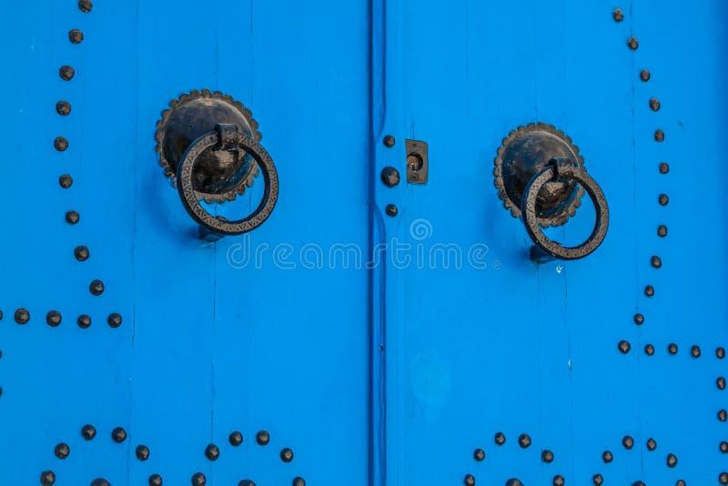 Typische lokale deur van traditioneel huis; Tunis; Tunesië stock afbeelding